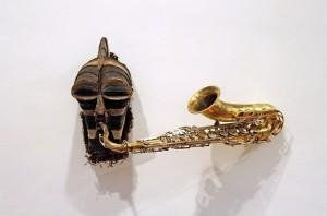 instrument de musique modifié, masque africain a cimier, saxophone, 60 x 40 x 90 cm