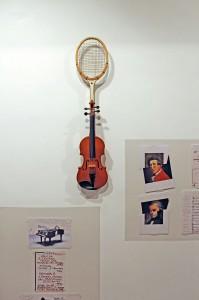 Sculpture nulle 1980, instruments de musique modifiés en guise d'interrogation génétique, art syncrétique, croiser un violon et une raquette de tennis, en remake 2011