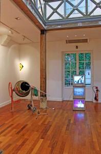 Sculpture nulle, bétonnière rythmique, bétonnière, billes, micro et amplificateur de son, rehaussée de dessins médiocres façon 1964, 120 x 130 x 70 cm, 2007