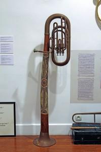 Art syncrétique 1964, instrument de musique modifié, remake 2011, didgeridoo croisé tuba