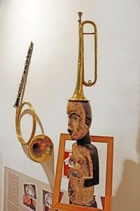 Art syncrétique 1964, contrandre le corps dans le cadre, 1971, mettre n'importe quoi sur la tête 1994