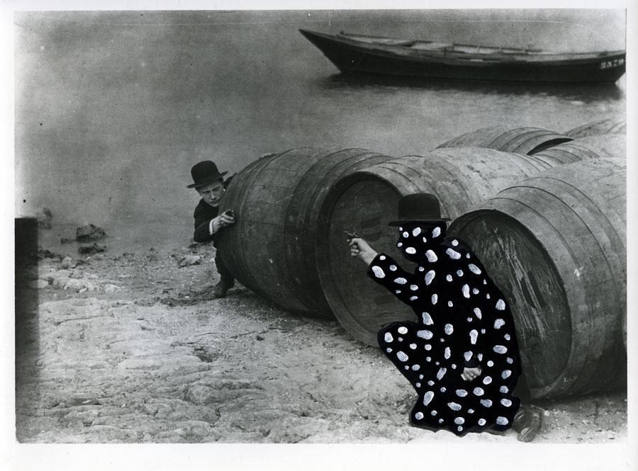 «Juve ! Je vous ai pris pour Fantômas Moi aussi, Fandor, je t'ai pris pour Fantômas ! Fandor, renseigné par Martialle, était venu se mettre à l'affût». «Juve contre Fantômas», 1913. Louis Feuillade. Capitaine Lonchamps Neige, 2011 technique mixte sur photographie ancienne, 18 x 24 cm